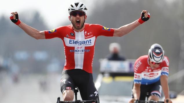 Il lève les bras à l'arrivée du Tour des Flandres.