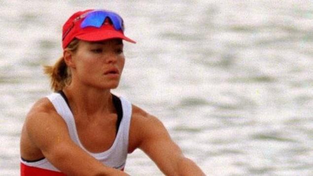Une femme fait de l'aviron.