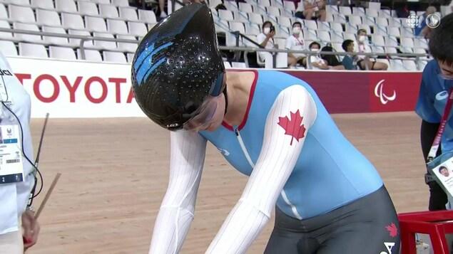L'athlète Keely Shaw concentrée sur son vélo avant le départ de sa course aux Jeux paralympiques de Tokyo.