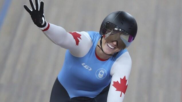 Kelsey Mitchell salue la foule