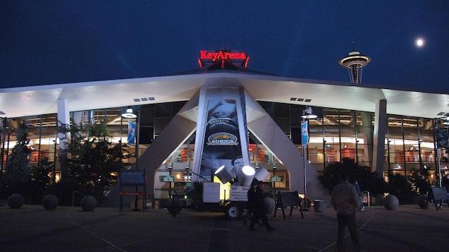 L'entrée du KeyArena de Seattle, avant un match de la NBA en 2006