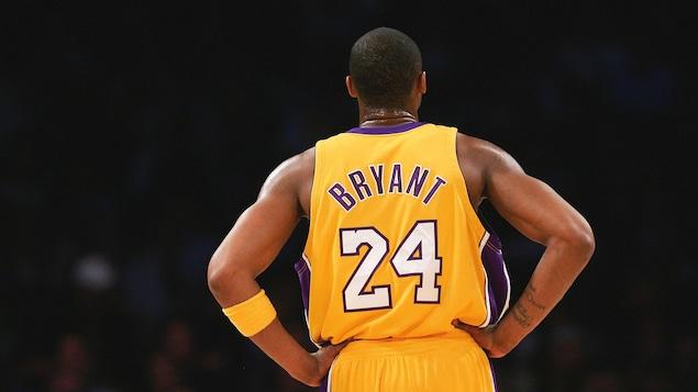 Le joueur de basketball américaine Kobe Bryant de dos avec son maillot numéro 24 des Lakers de Los Angeles