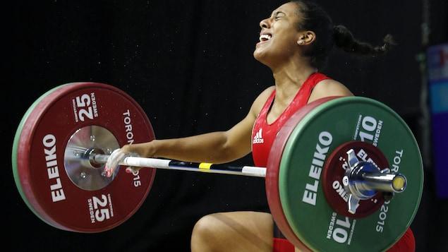 Kristel Ngarlem en pleine action en train de soulever une barre