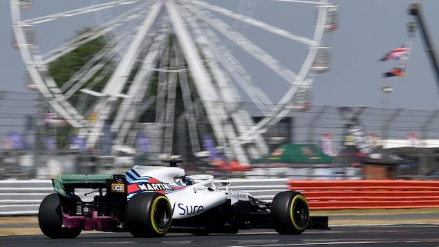 Lance Stroll roule sur le circuit de Silverstone.