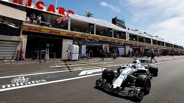 Lance Stroll sort du garage Williams au circuit Paul-Ricard.