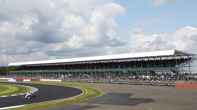 Lance Stroll aborde un virage sur le circuit de Silverstone.