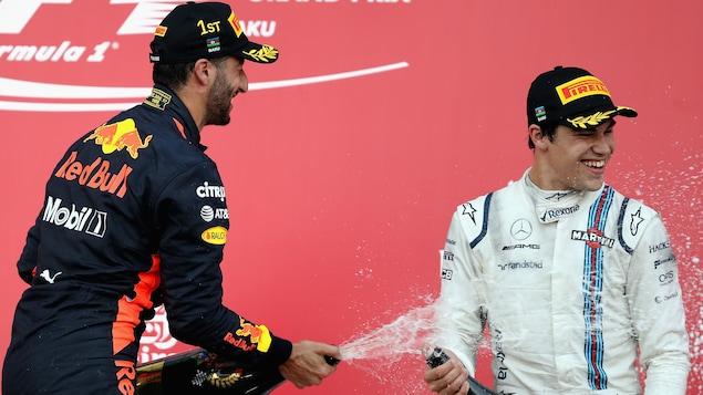 Lance Stroll sur le podium à Bakou avec Daniel Ricciardo (gauche) le vainqueur du Grand Prix d'Europe