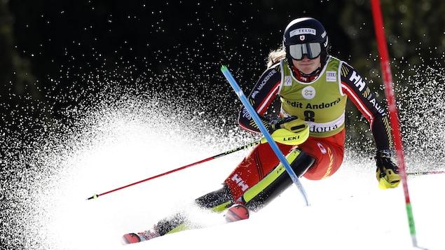 Une skieuse alpine franchit une porte.