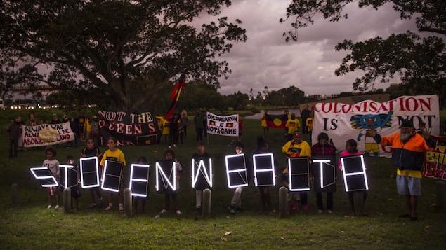 Les manifestants indigènes avec le slogan Stolenwealth (Jeux de la richesse volée)