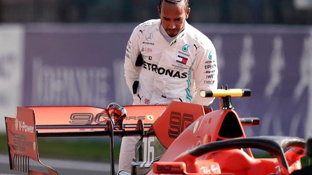 Lewis Hamilton regarde la Ferrari SF90 à l'arrivée du Grand Prix de Belgique.