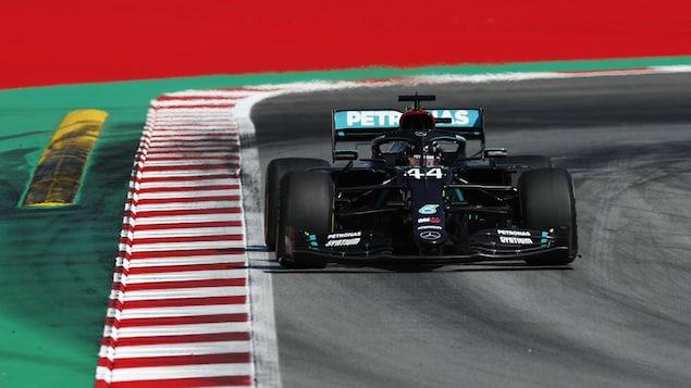 Le pilote Lewis Hamilton roule sur le circuit espagnol.