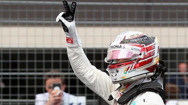Lewis Hamilton fait le signe de la victoire après avoir obtenu la pole position en France.