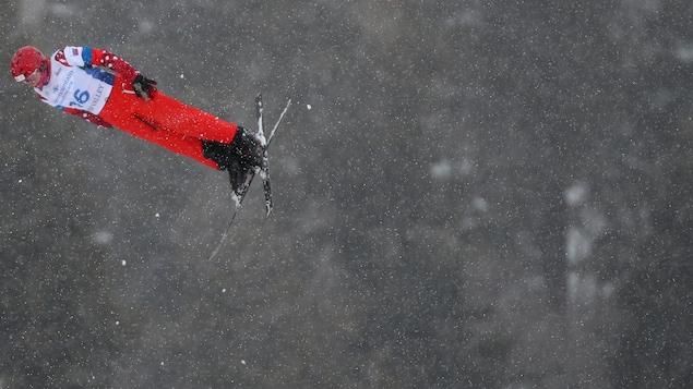 Le skieur acrobatique s'élance pour un saut.