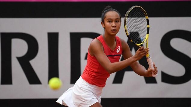 Leylah Annie Fernandez s'apprête à frapper une balle de tennis en fond de terrain.