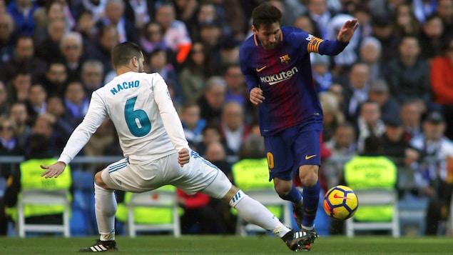 Lionel Messi et Nacho Fernandez se disputent le ballon durant le clasico de 2017.