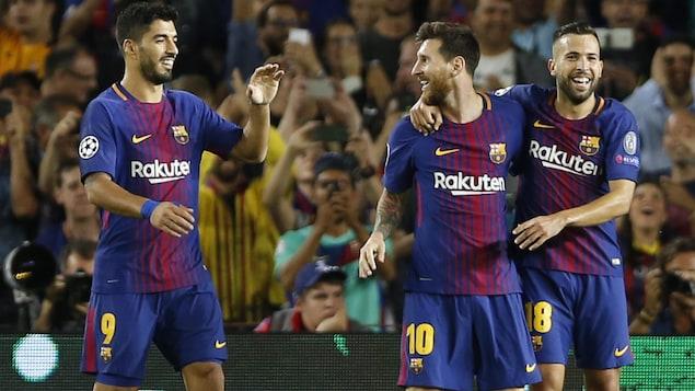 Trois joueurs se félicitent.