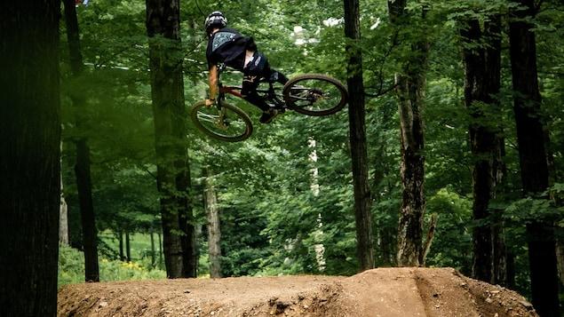 Le cycliste effectue un saut sur une butte de terre