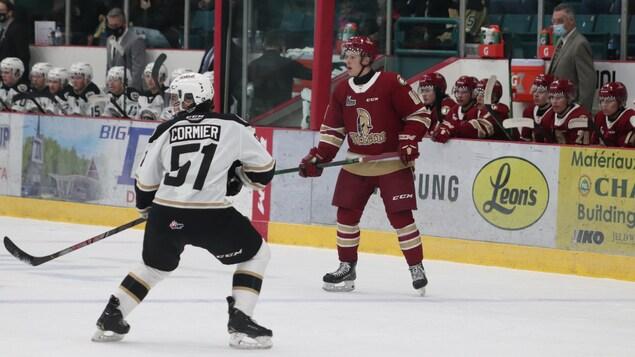 Deux joueurs sur la patinoire.