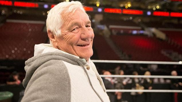 Il sourit dans le ring.