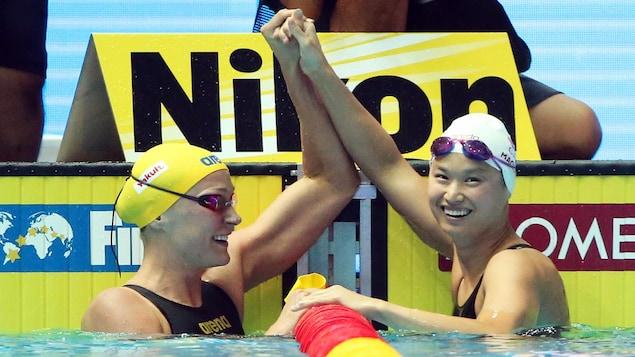La Canadienne célèbre sa victoire avec Sarah Sjostrom.