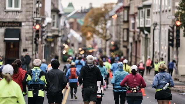 Des coureurs participent au marathon dans les rues en 2019.