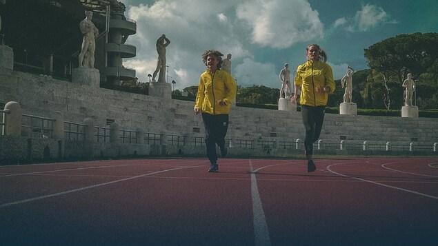 Deux marathoniennes du Vatican s'entraînent à la course.