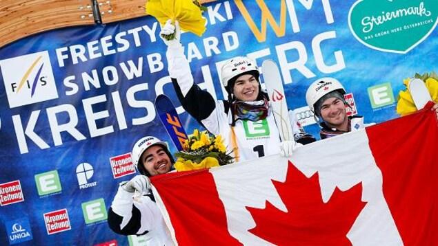 Marc-Antoine Gagnon partage le podium avec Mikaël Kingsbury et Philippe Marquis aux Championnats mondiaux de ski acrobatique en 2015.