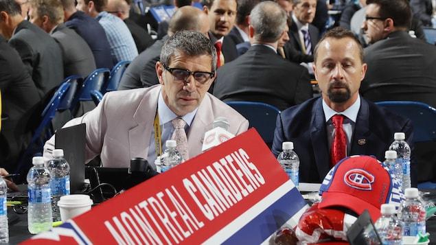 Marc Bergevin et Trevor Timmins à la table du Canadien de Montréal pendant une séance de repêchage.