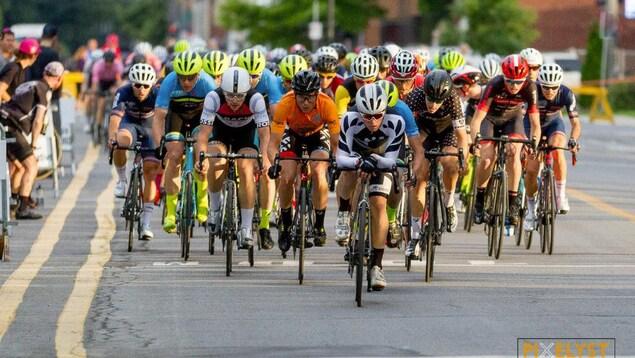 Des cyclistes de la catégorie pro élites, sur la 10e avenue, à Lachine