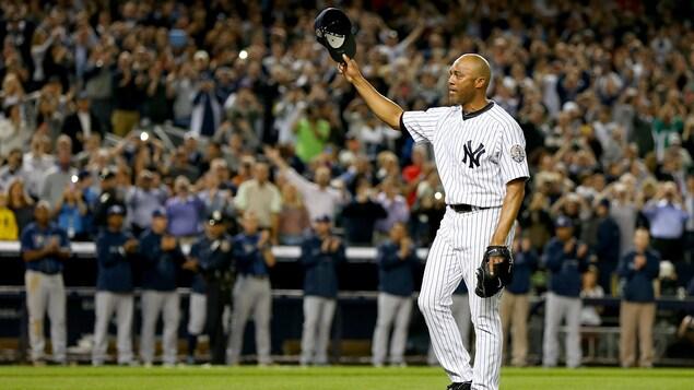 Le releveur Mariano Rivera salue la foule du Yankee Stadium à son dernier match à New York.