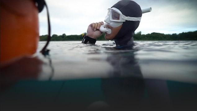 Marie-Eve se prépare pour une plongée en profondeur.