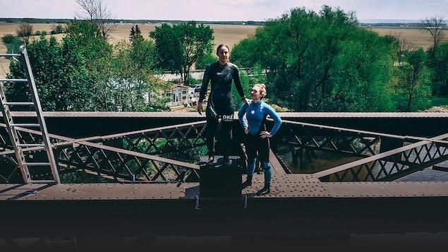 Marie-Eve Potvin et Lysanne Richard se tiennent debout sur la structure d'un pont.