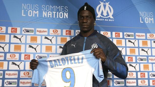 L'Italien Mario Balotelli montre son nouvel uniforme, celui de l'Olympique de Marseille, pendant une conférence de presse.