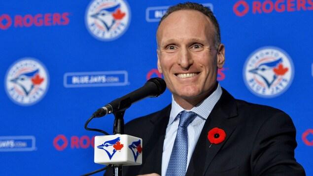 Mark Shapiro lors de sa première conférence de presse, à Toronto.