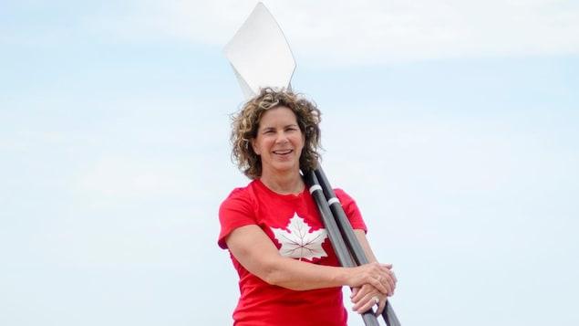 La nouvelle chef de mission du Canada aux Jeux olympiques de Tokyo, Marnie McBeank pose avec deux avirons.