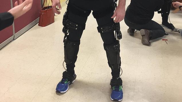 Martin Jarry portant l'exosquelette de l'entreprise B-temia, de Saint-Augustin-de-Desmaures.