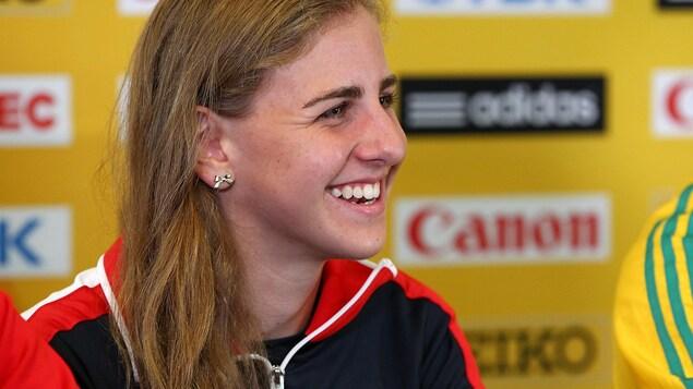 Une athlète en conférence de presse