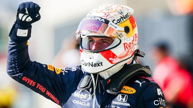 Max Verstappen lève le poing droit après sa victoire à Austin.