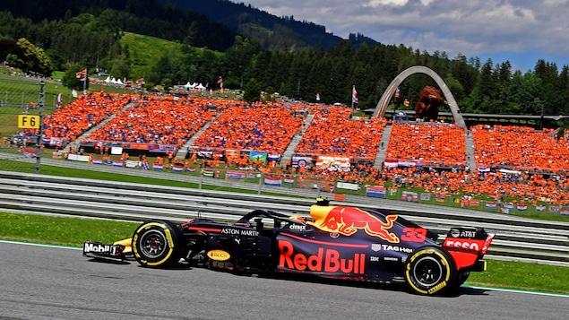 Max Verstappen, sur le circuit de Spielberg en Autriche, passe à côté d'une tribune bondée d'amateurs néerlandais.