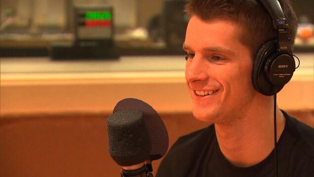 Maxence Parrot, en entrevue, dans les studios de Radio-Canada