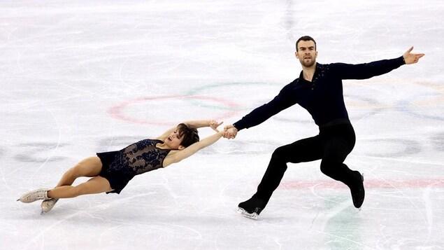 Meagan Duhamel et Eric Radford exécutent une spirale aux Jeux olympiques de Pyeongchang