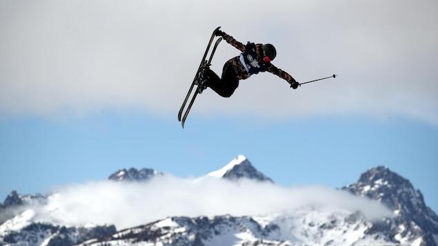 Une skieuse effectue un saut