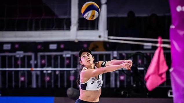 Melissa Humana-Paredes est prête à frapper le ballon.