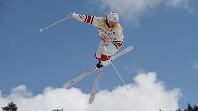 Il effectue un saut.