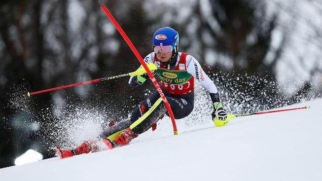 Mikaela Shiffrin en action lors de la deuxième manche du slalom de la Coupe du monde de Maribor, en Slovénie.