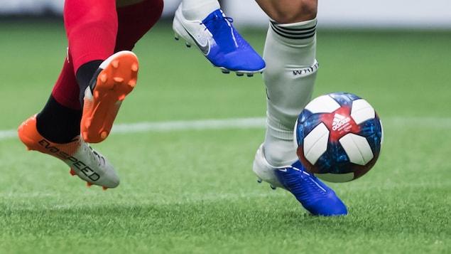 Des joueurs se disputent un ballon