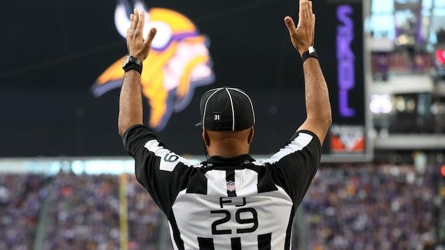 L'arbitre Adrian Hill signale un touché lors d'un match de la NFL au domicile des Vikings du Minnesota.
