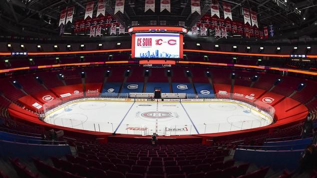 Le Centre Bell est vide avec les sièges recouverts de tissus Bleu et Rouge.