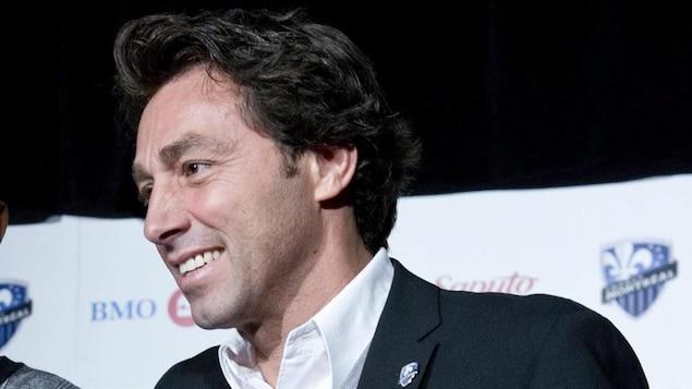 Il sourit pendant une conférence de presse