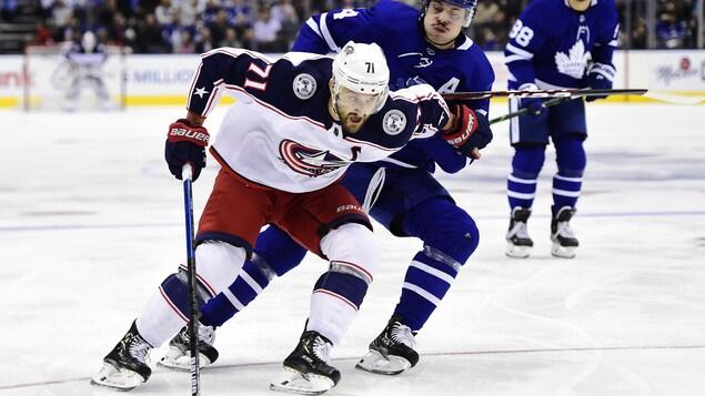 Nick Foligno bataille avec Auston Matthews, des Maple Leafs, lors d'un match entre Columbus et Toronto l'an dernier.